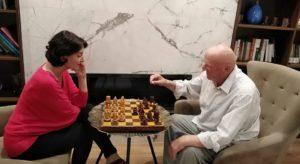 Atifete Jahjaga po e kalon kohën duke luajtur 'shah' me babain