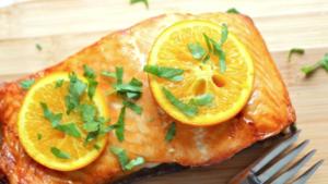 Recetë: Salmon i pjekur me portokall